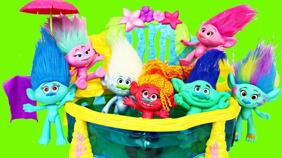 TROLLS SWIMMING POOL FAIL 💩 Baby Troll Pee & Poop In The Pool + Poppy & Branch Fight DisneyCarToys